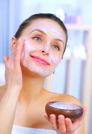 masajes faciales: Hermosa Mujer Aplicar Natural M�scara facial hecha en casa Foto de archivo