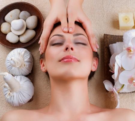 facial massage: Massage du visage au Spa Salon Banque d'images