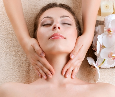gezichtsbehandeling: Spa Massage Jonge Vrouw krijgt Gezichtsmassage Stockfoto