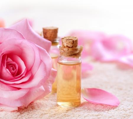 massaggio: Bottiglie di olio essenziale di Aromatherapy Rose Spa Archivio Fotografico