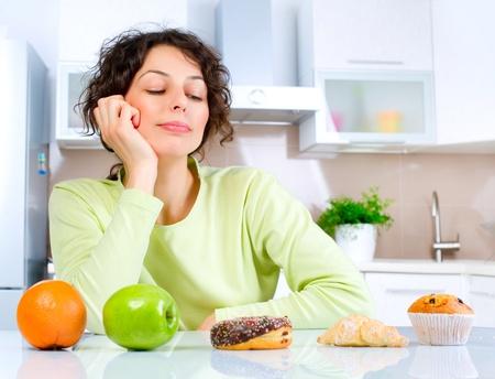 comidas saludables: Dieta Hermosa Joven de elegir entre frutas y dulces