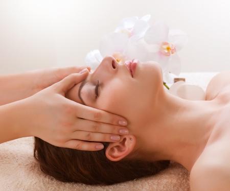 facial massage: Femme Spa Massage Jeune Obtenir Massage du Visage