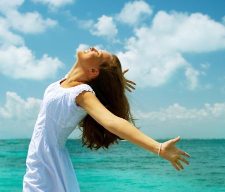 hoopt: Beautiful Girl on the Ocean Beach of Vakantie-IDEE