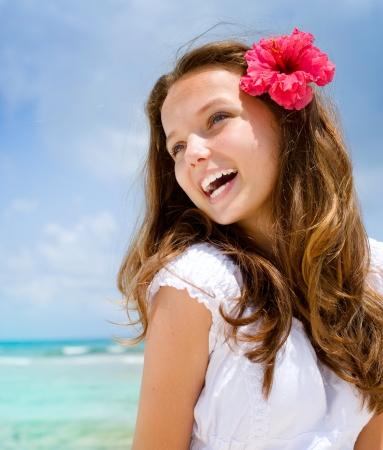 Menina bonita no Tropical Resort Ocean Beach Imagens
