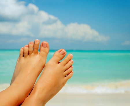pies bonitos: Pies Descalzos Mujer de vacaciones Concepto s sobre el fondo del mar Foto de archivo