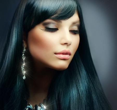 diamante negro: Hermosa chica morena de pelo largo saludable y maquillaje de vacaciones Foto de archivo