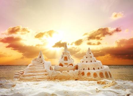 chateau de sable: Sand Castle sur Coucher de soleil sur la plage