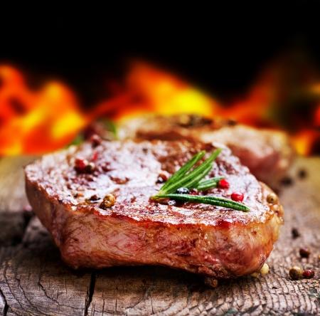 bistecche: Bistecca alla griglia Barbecue Archivio Fotografico