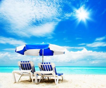 휴가 및 해변에서 해변 의자 관광 개념