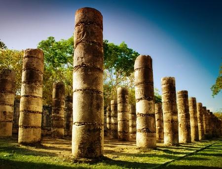 tempels: Chichen Itza, Kolommen in de tempel van de duizend Warriors Stockfoto
