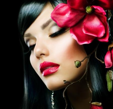 Fashion Brunette Meisje met Magnolia Bloem geïsoleerd op zwart