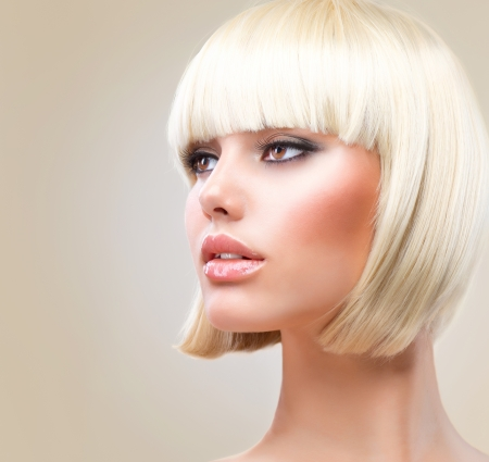 cabello: Corte de pelo hermosa chica con el sano estilo de pelo corto Pelo rubio Foto de archivo