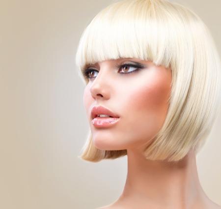 Kapsel Mooi meisje met gezond kort blond haar kapsel
