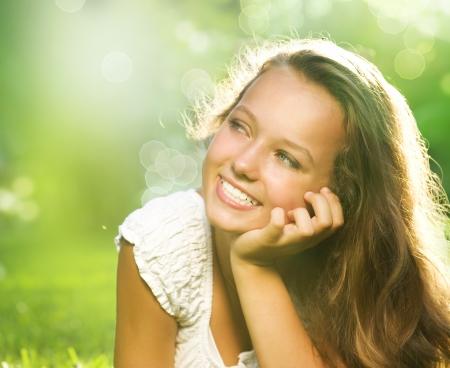 ni�as sonriendo: Chica Primavera tendido en el campo Felicidad Foto de archivo
