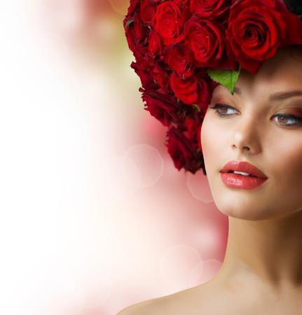 mujer con rosas: Moda Retrato de modelo con el pelo rojo Rosas