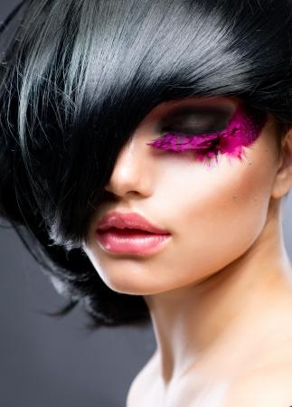 lip shine: Fashion Brunette modello di acconciatura Portrait