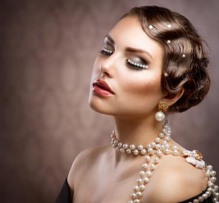 aretes: Maquillaje labrado retro con las perlas Hermosa mujer joven Retrato