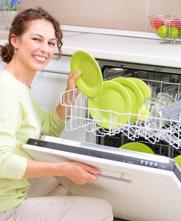 lavaplatos: Lavavajillas mujer joven en la cocina haciendo tareas domésticas Lave-up