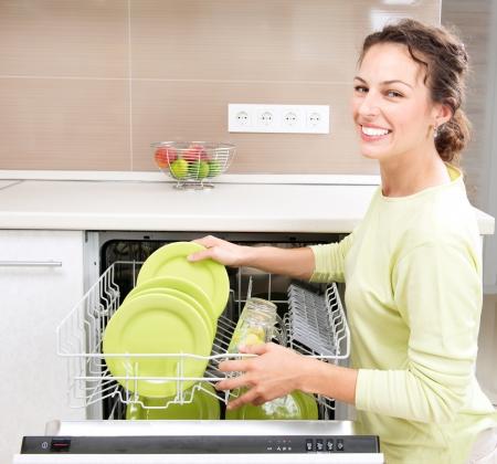 Geschirrspüler Junge Frau in der Küche Hausarbeit Wasch-