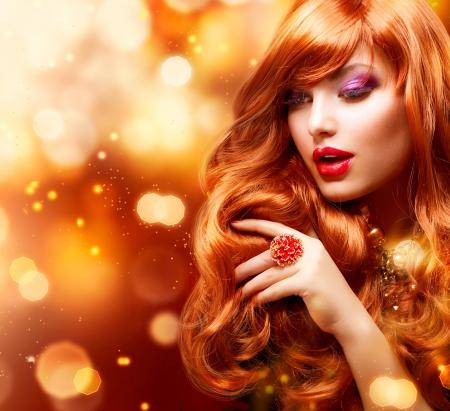 pelo rojo: Chica de moda de Oro Retrato de pelo ondulado de color rojo