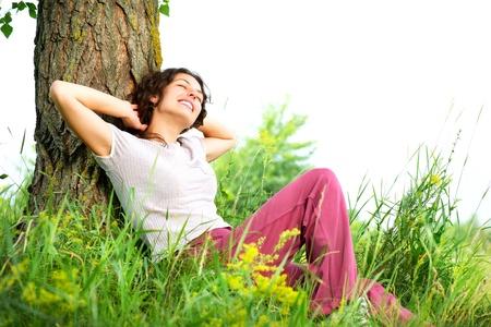 야외에서 아름 다운 젊은 여자 자연 휴식