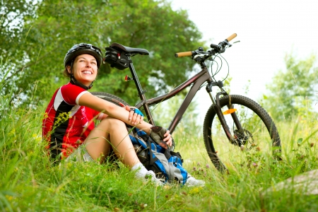 mountain bicycle: Felice Giovane Donna andare in bicicletta al di fuori stile di vita sano Archivio Fotografico