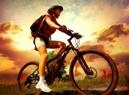 ライフスタイル: 幸せな若い女性が乗って自転車の外の健康的なライフ スタイル 写真素材