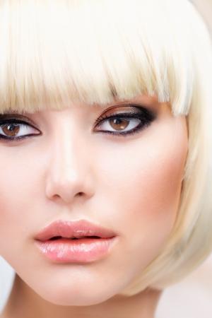 короткие волосы: Светлые волосы Красивая девушка со здоровым коротких волос