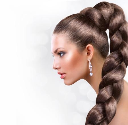 champu: Pelo largo saludable Retrato de mujer hermosa con el pelo marr�n largo Foto de archivo
