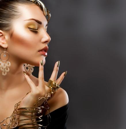 aretes: Moda Ni�a Retrato de Oro Maquillaje Foto de archivo