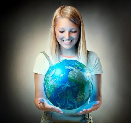 mundo manos: Niña de la celebración del Planeta Tierra concepto de Ambiente