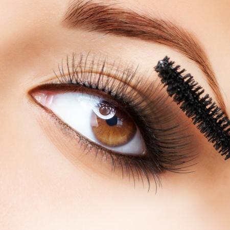 ресницы: Макияж макияж применение тушь длинные ресницы Фото со стока