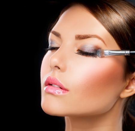 ojos hermosos: Maquillaje de ojos aplicando sombra de un cepillo