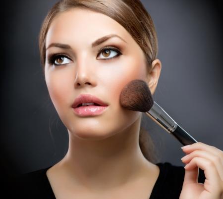 mujer maquillandose: La aplicación de maquillaje maquillaje cepillo cosméticos maquillaje perfecto Foto de archivo