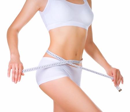 허리의 잘룩 한 선: 여자는 그녀의 허리의 잘록한 곳 퍼펙트 슬림 바디를 측정 스톡 사진