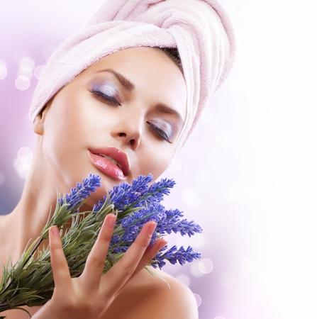ansikts: Spa Flicka med lavendelblommor Vacker ung kvinna efter bad