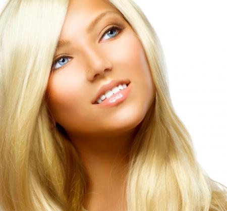 secador de pelo: Hermosa chica rubia aislado en un fondo blanco