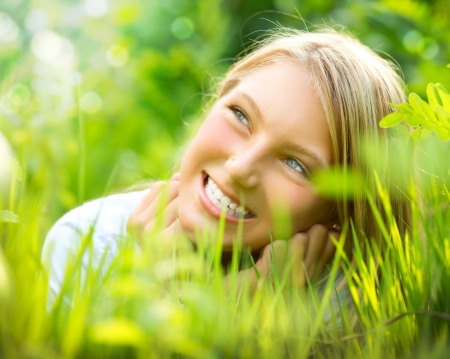 sonrisa: Hermosa muchacha sonriente en la hierba verde