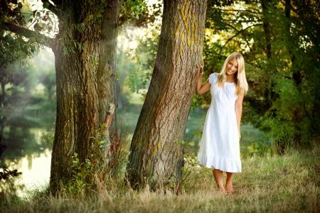 traje de gala: Hermosa chica en hada del bosque cerca del r�o Foto de archivo