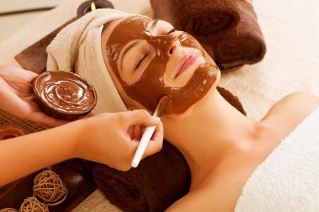 chocolate mask: Chocolate Mask Facial Spa Applying