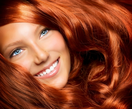 pelo rojo: Muchacha Hermosa Con larga y saludable Extensi�n Red de pelo rizado