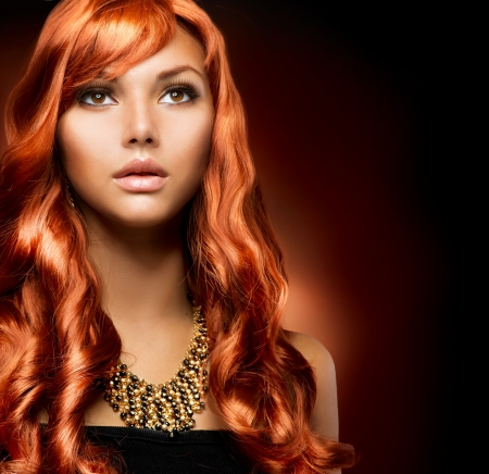 peluqueria: Retrato de una muchacha hermosa con el pelo rojo largo Saludable Foto de archivo
