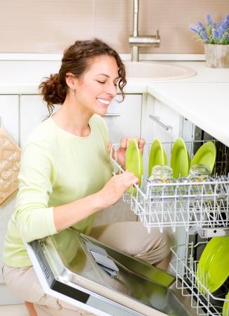 washup: Giovane donna lavastoviglie in cucina a fare lavori domestici Wash-up Archivio Fotografico