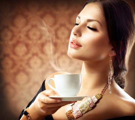 Mujer hermosa con de la taza de café o té