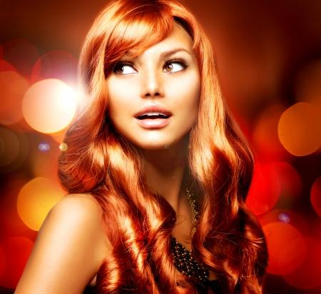 pelo rojo: Muchacha Hermosa Con Pelo Largo brillante rojo sobre fondo parpadeante