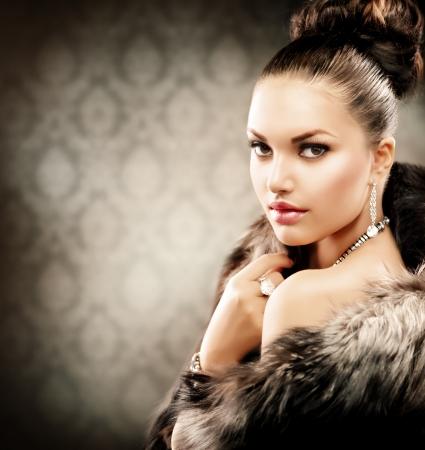 Bella donna in cappotto di pelliccia di lusso Archivio Fotografico