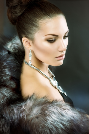 fashion jewelry: Beautiful Woman in Luxury Fur Coat