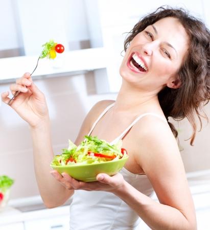 dieta sana: Dieta saludable mujer joven comiendo ensalada de verduras