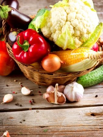 granja: Saludables verduras orgánicas en el fondo de madera Foto de archivo