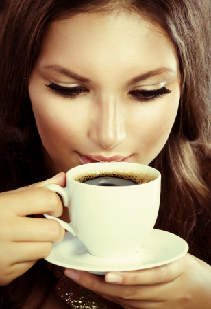 tomando café: Beautiful Girl Beber café o té Foto de archivo